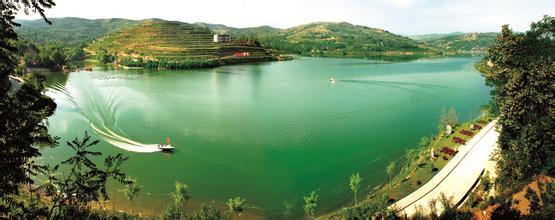 晚霞湖因其秀丽的风光,宜人的景色常常吸引着大批游客.